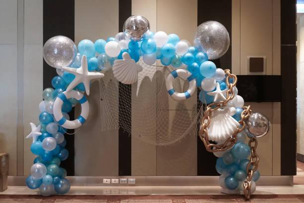 ballons im meer und sommer konzept. blaue und weiße luftballons für die innendekoration mit seestern, rettungsboje und muschel. weicher fokus. - sprüche zum firmenjubiläum stock-fotos und bilder