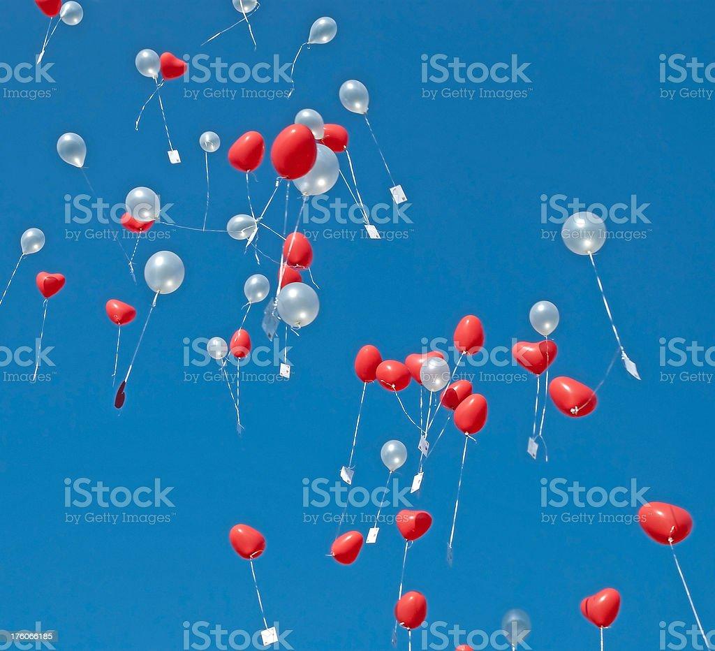 balloons in sky steigen lassen - Herzform auf einer Hochzeit stock photo
