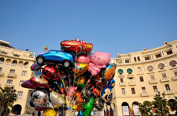 ballons von comic-figuren - disney dekorationen stock-fotos und bilder
