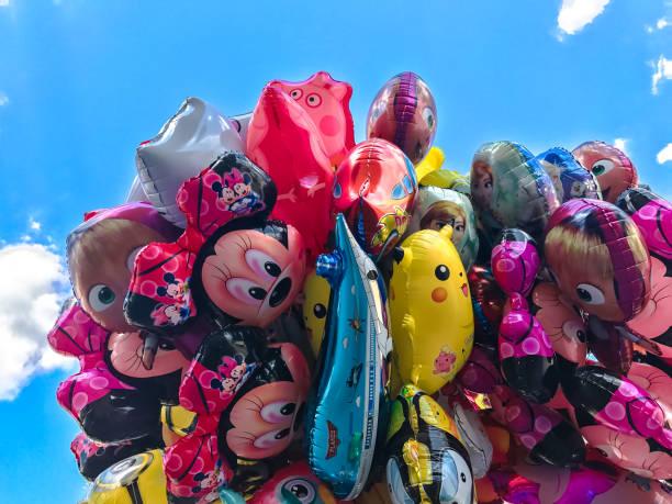 luftballons, beliebten cartoons nahaufnahme in krakau - disney dekorationen stock-fotos und bilder