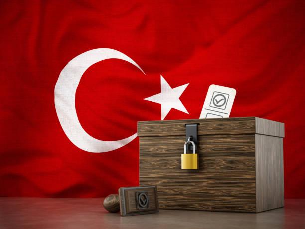 Wahlurne und Stempel auf türkische Flagge Hintergrund stehend – Foto