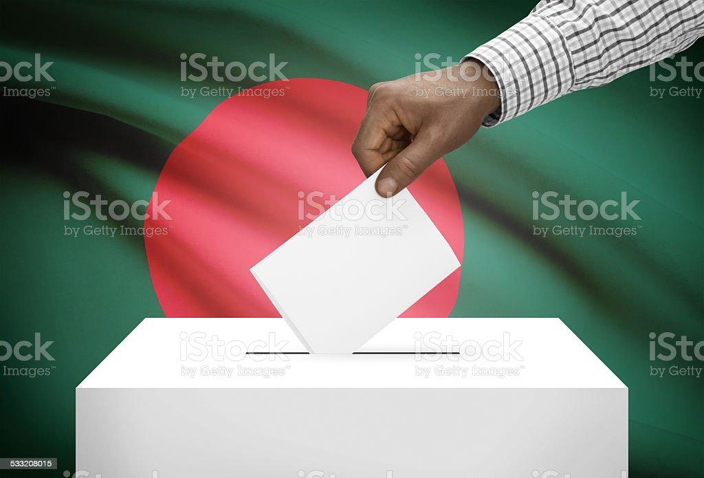 Urna de voto con bandera nacional sobre fondo-Bangladesh - foto de stock