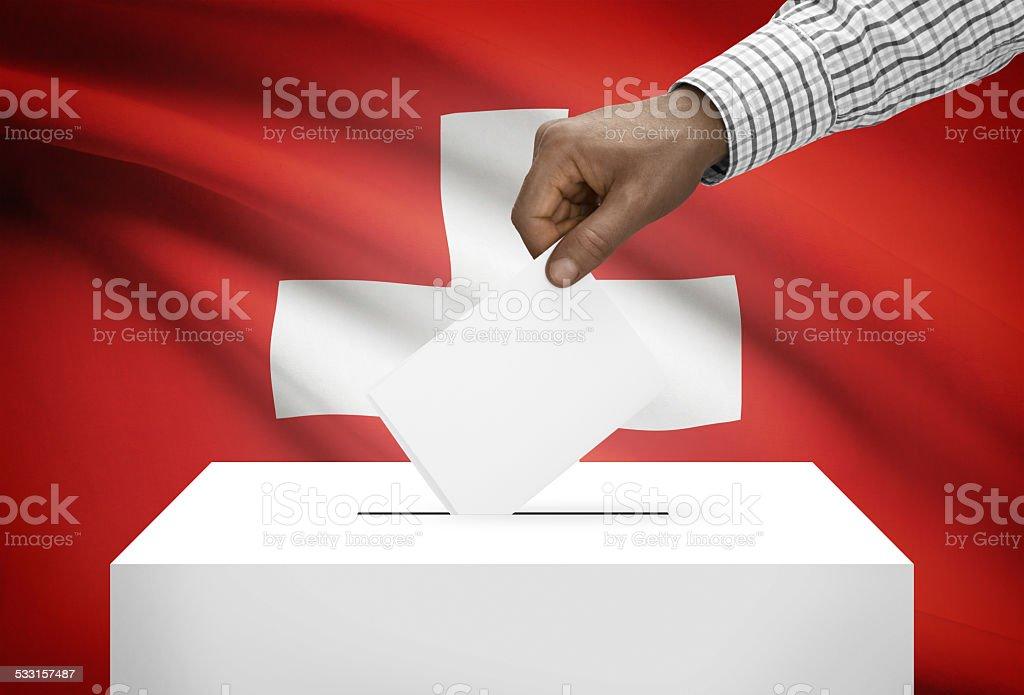 Wahlurne mit-Flagge im Hintergrund, Schweiz – Foto