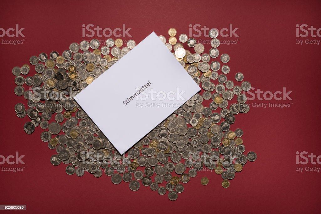 Stimmzettel mit viel Schweizer Münzen, die Stimmzettel Stimmzettel bedeutet – Foto