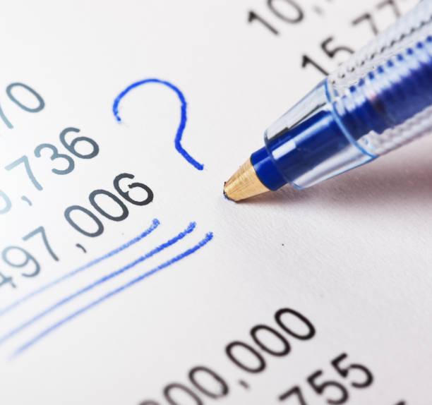 Stylo à bille met le point d'interrogation en chiffres sur document financier - Photo