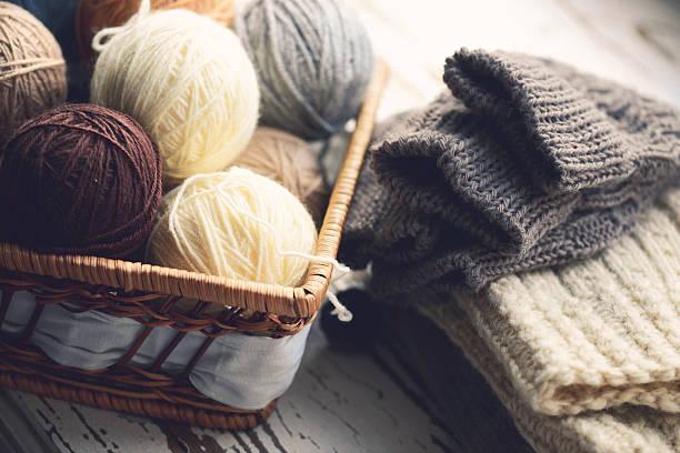 palline di lana in un cestino - lavorare a maglia foto e immagini stock