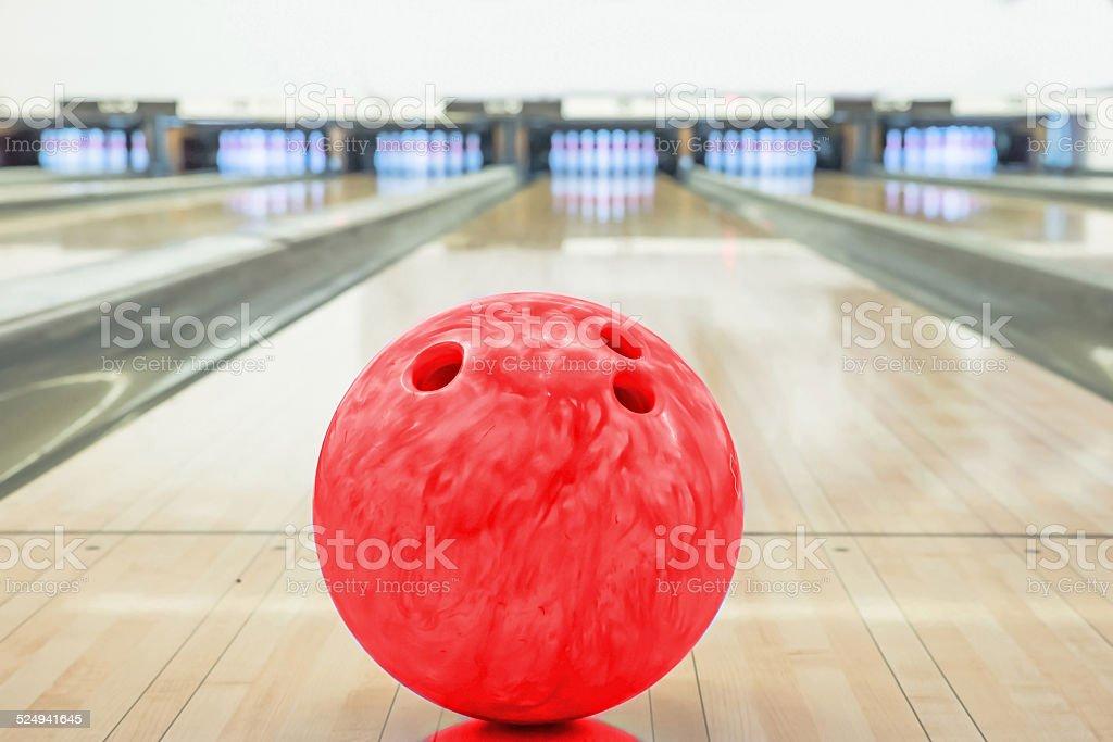 Bälle auf der Bowlingbahn mit zehn pins – Foto