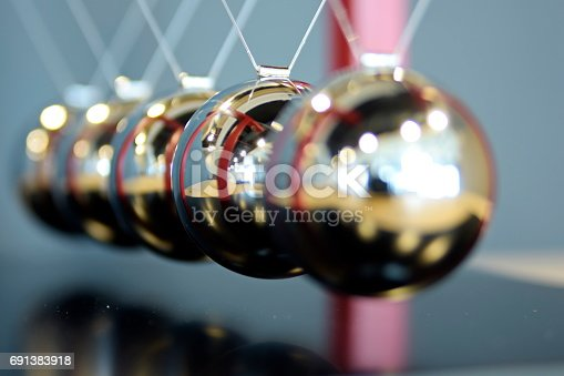 istock 5 Balls Pendulum, Newton's cradle 691383918
