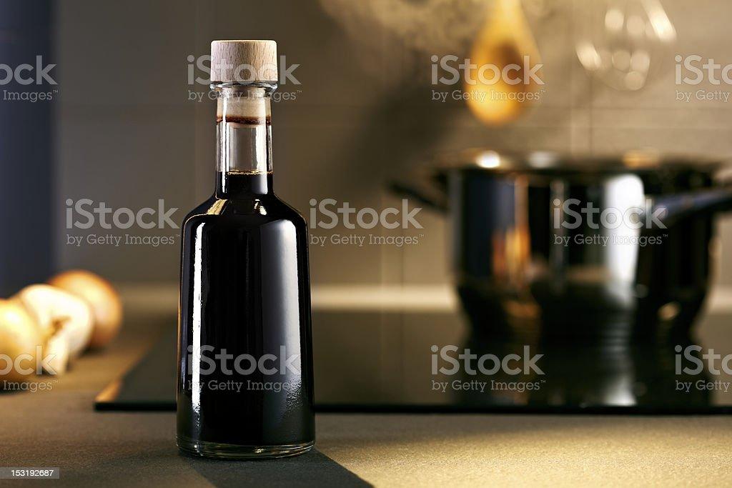 Aceto balsamico bottiglia in cucina - foto stock