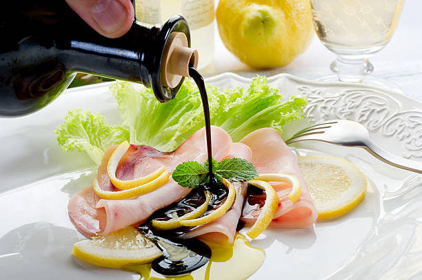 schwertfisch-carpaccio mit balsamico-essig - carpaccio salat stock-fotos und bilder