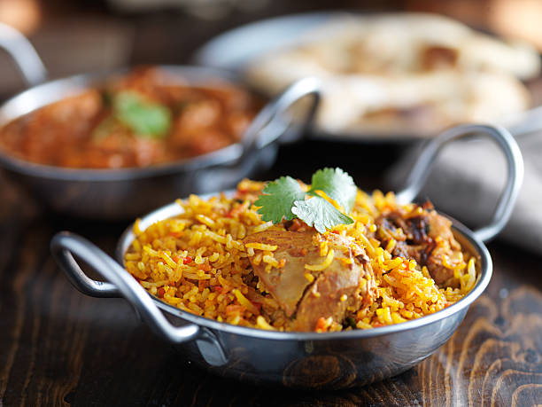balti dish with indian chicken biryani - cuisine indienne photos et images de collection