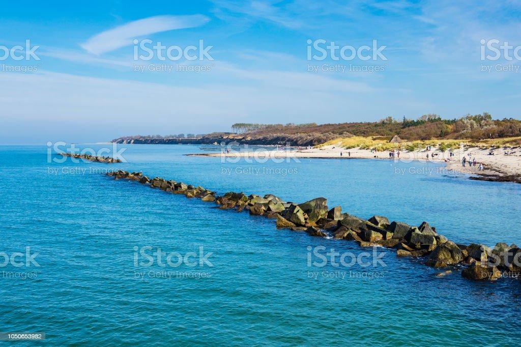 Ostseeküste mit blauem Himmel in Wustrow, Deutschland – Foto