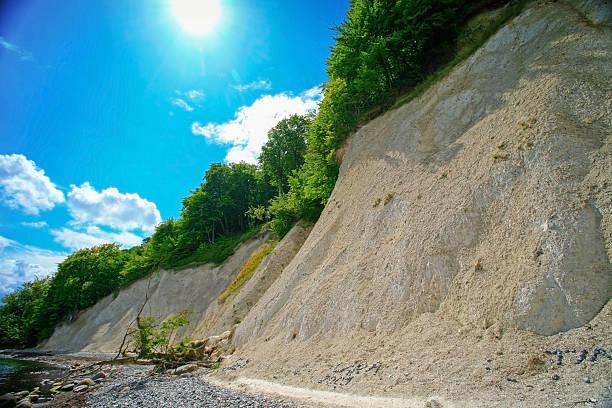 ostsee pebble beach und der cliff - kalifornien ostsee stock-fotos und bilder