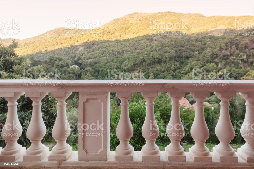 Balaustrada Con Pilares En La Terraza Con Vistas A Las
