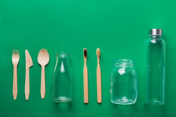 Bambus Zahnbürsten Holz besteckglas Glas Glas glas auf grünem Hintergrund. Null Abfall Kunststoff frei umweltfreundliche wiederverwendbare Materialien. Poster Banner Knolling flach lag – Foto