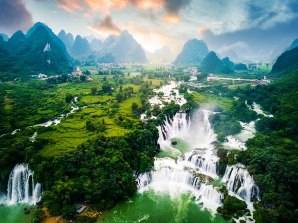 ban gioc detian waterfall an der grenze von china und vietnam - idylle stock-fotos und bilder