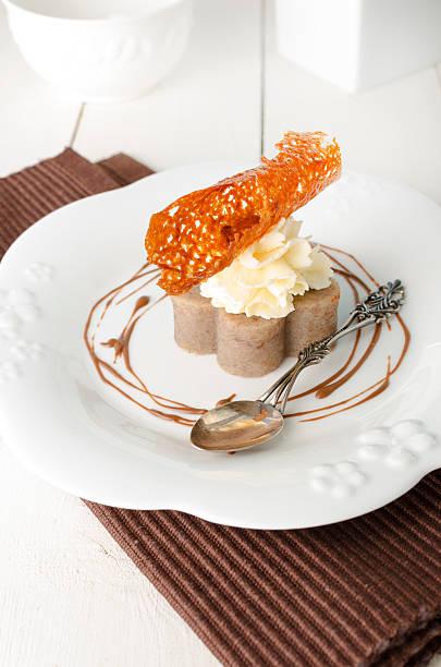 banana agargel mit frischkäse-zuckerguss und zitrone tuile - waffelbecherkuchen stock-fotos und bilder