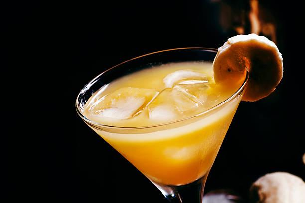 banane alkoholische cocktail izcaragua; mit amaretto-likör - bananenlikör stock-fotos und bilder