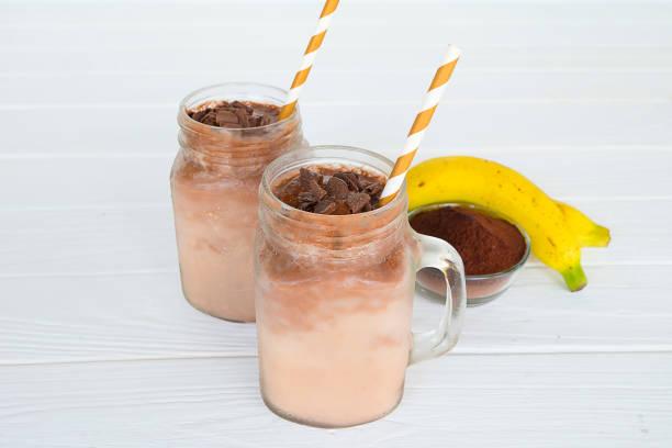 banane und schokolade - kaffee protein shakes stock-fotos und bilder
