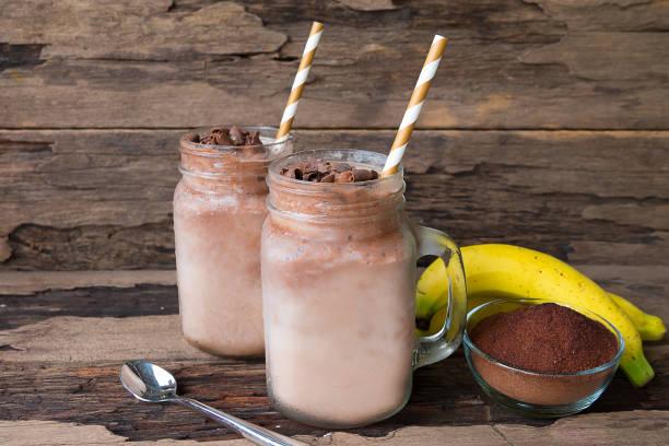 bananen und schokolade, smoothie milch - kaffee protein shakes stock-fotos und bilder