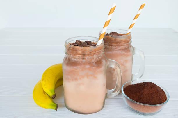 bananen und schokolade, smoothie - kaffee protein shakes stock-fotos und bilder