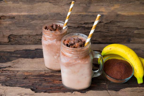 bananen und schokolade smoothie - kaffee protein shakes stock-fotos und bilder