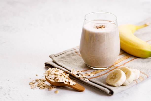 Banane und Haferflocken-Smoothie im Glas – Foto