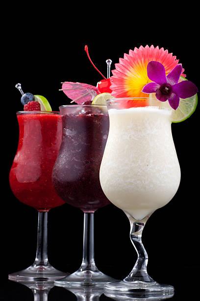 banana, heidelbeere, himbeere-daiquiri-beliebtesten cocktails series - bananenlikör stock-fotos und bilder