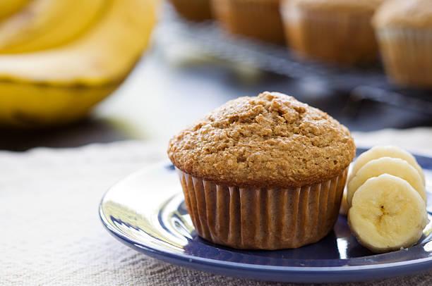 banana kleiemuffin - gebackene banane stock-fotos und bilder