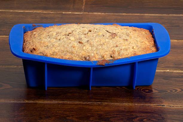 bananenbrot in blau formular - marinekuchen stock-fotos und bilder