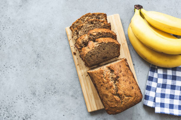 bananenbrot auf betonhintergrund - paleo kuchen stock-fotos und bilder