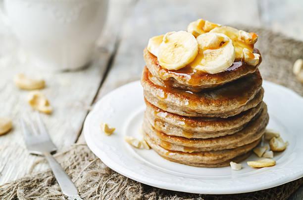 banana cashew-pfannkuchen mit bananen und karamellsauce gesalzenes - gebackene banane stock-fotos und bilder