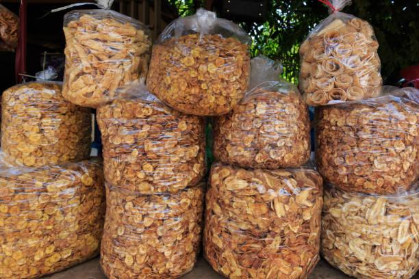 Microplaquetas da banana para a venda como comida de rua no Camboja - foto de acervo