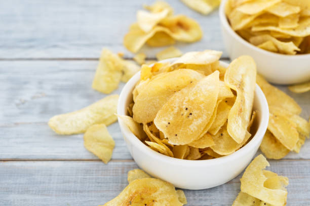 banana-chips - gebackene banane stock-fotos und bilder