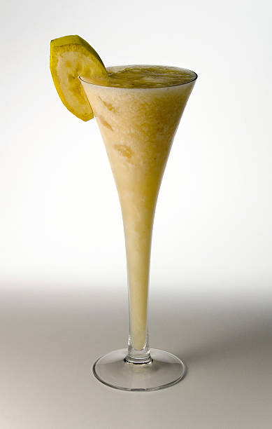 bananen-daquiris - bananenlikör stock-fotos und bilder