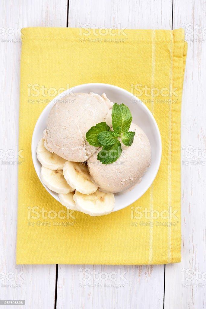 Banane Eiscreme in Schüssel Aufsicht – Foto