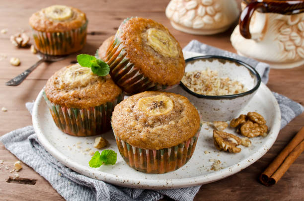 banana muffins with cinnamon on wooden background - crosta geologia foto e immagini stock