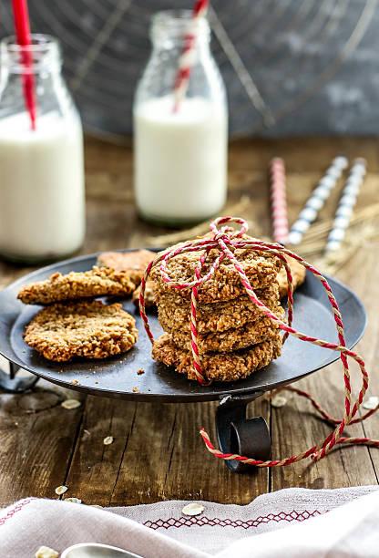 banana oatmeal cookies with milk - hafer cookies stock-fotos und bilder