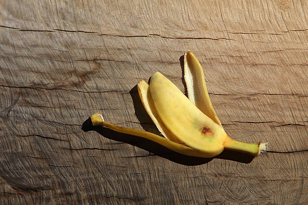 Banana peel on wood background – Foto