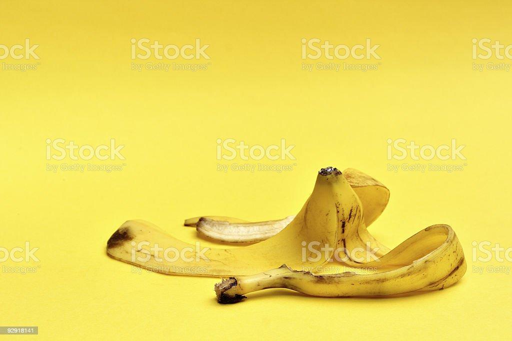 Bananenschale auf gelbem Hintergrund – Foto