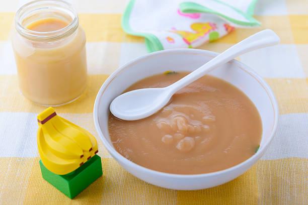 Banana-Püree in Krug und Platte für baby Ernährung – Foto