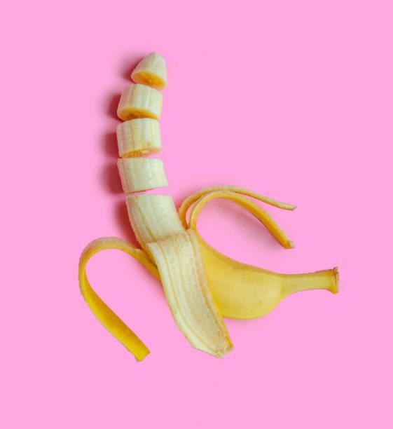 banane en tranches sur un fond rose - Photo