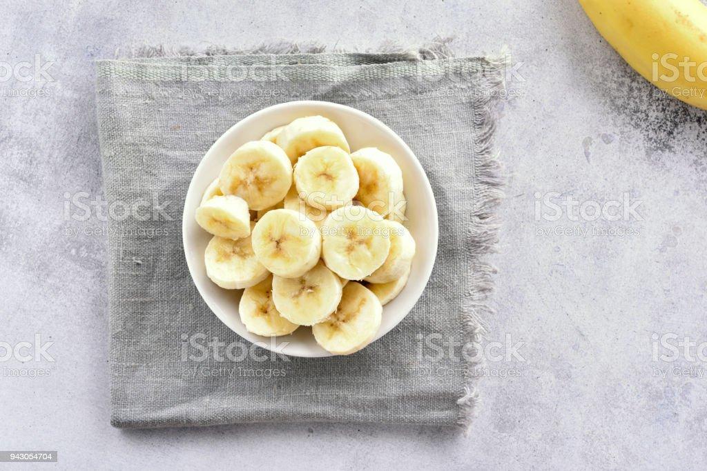 Banana rebanadas en bowl - foto de stock