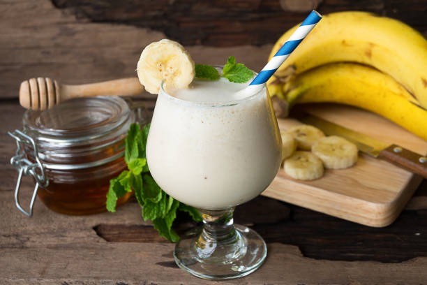 banane smoothie und frucht banane - low carb shakes stock-fotos und bilder