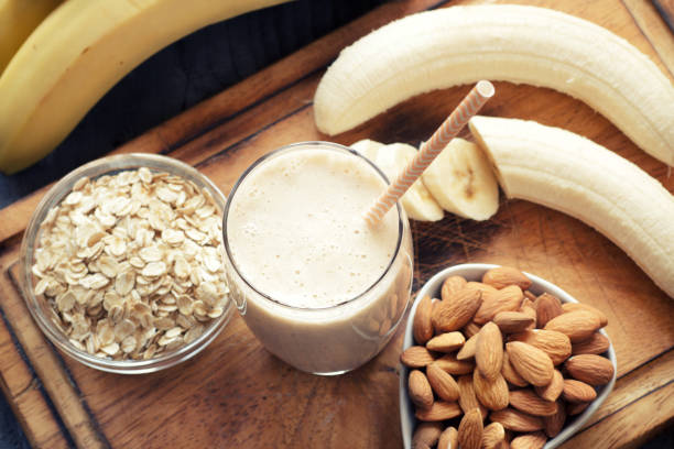 bananen-smoothie  - low carb shakes stock-fotos und bilder