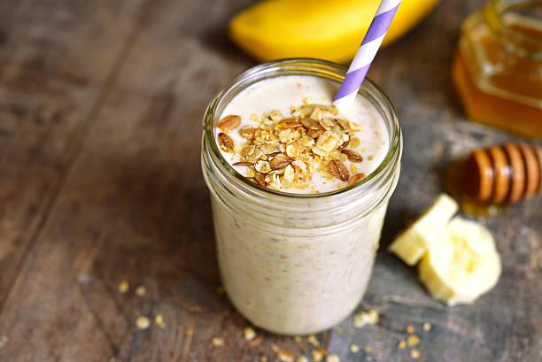 bananen-smoothie mit hafer. - einmachglassmoothie stock-fotos und bilder