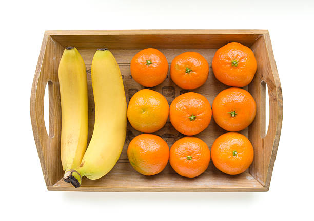 bananen und mandarinen - tablett holz stock-fotos und bilder