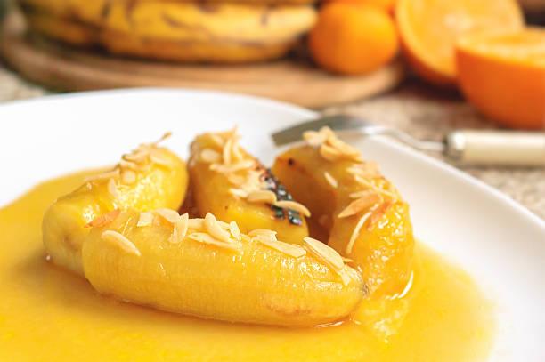 flambe banana com nozes - foto de acervo