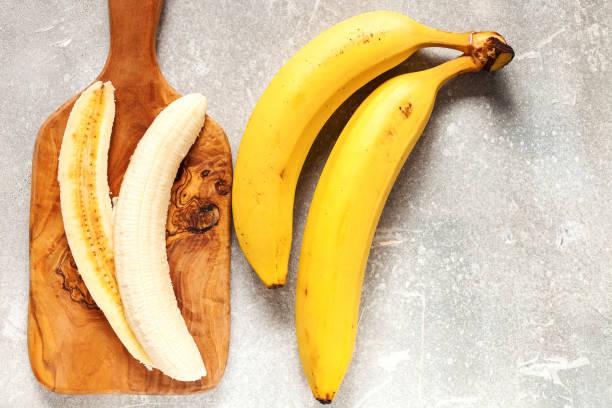 Bananen in einer Schale und mit Scheiben schneiden – Foto