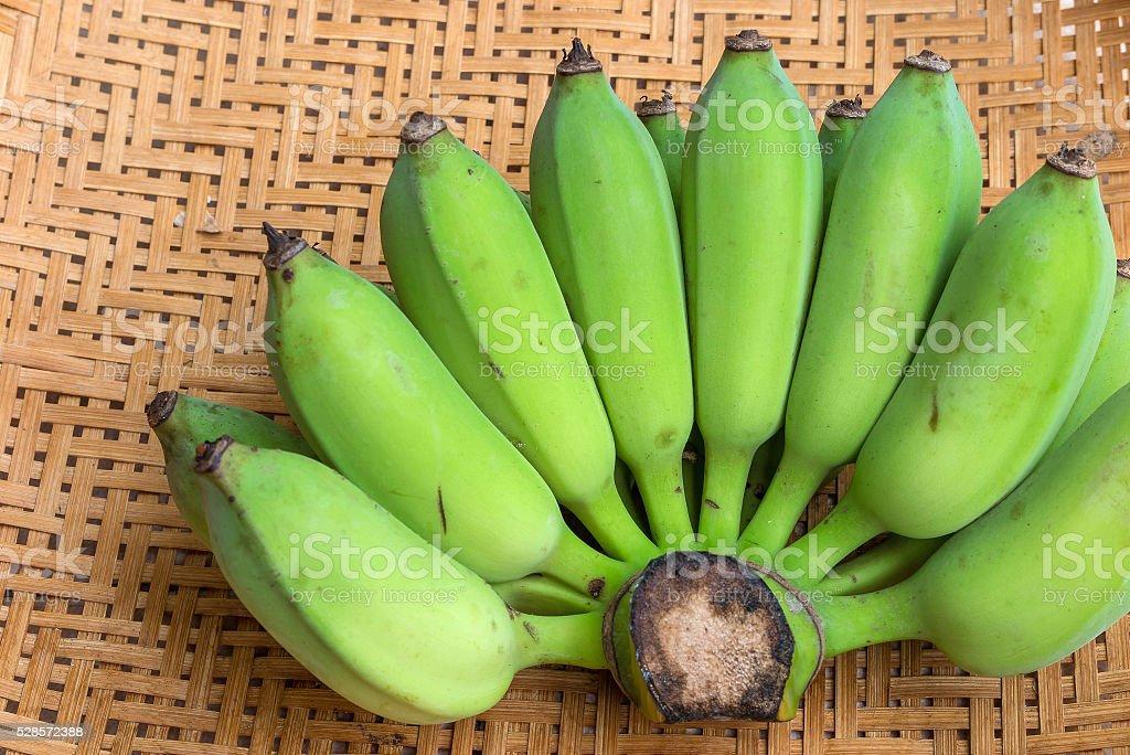 bananas na cesta de bambu - foto de acervo